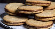 Μπισκότα βουτύρου με γέμιση πραλίνα σοκολάτας από τον Άκη Πετρετζίκη