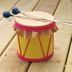Te invitamos a realizar este adorable tamborcito para que los niños, grandes amantes de los instrumentos musicales, lo disfruten mucho. Para crearlo utilizaremos una lata de leche en polvo o de café con tapa. La reciclaremos para este simpático proyecto, forrándola y transformándola en este excelente juguete