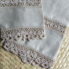 Conjunto de toalhas de mão e lavabo em fina cambraia de linho cáqui. Barrado e bordados em renda de bilro.