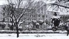 """Hospital Universitario en la nevada del Lunes 9 de Enero de 1967,ese día se registraron hasta 40 Cm. de nieve  Fotografía localizada en la Sala Museo """"Angel Óscar Ulloa Gregori"""" de la Facultad de Medicina y Hospital Universitario"""