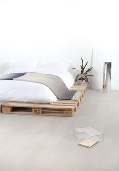 Most recent No Cost Farmhouse Bedding iron Tips Farmhouse style bedding includes a certain feel to it. Light, clean , crisp, neutral and rustic are Pallet Bedframe, Diy Pallet Bed, Diy Bed, Pallet Wood, Wood Pallets, Palette Design, Farmhouse Style Bedding, Awesome Bedrooms, Minimalist Bedroom