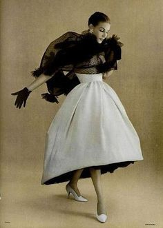 Fabulous early fashion shot. A different style of vogueing.