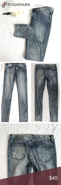 {Madewell} 37s Skinny Jeans Light Acid Washed Great used condition. Skinny style, with awesome(and on trend) stone acid wash. Waist across lying flat 15.5 inches, rise approximately 7.5, inseam 32 inches. 98% cotton, 2% elastane. No trades, lowballs, or modeling! 😘 Madewell Jeans Skinny