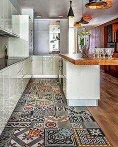 """654 curtidas, 14 comentários - ARQTEC (@arqtec3) no Instagram: """"Piso de ladrilhos diferentes delimitam e dão total identidade para a cozinha ❤️ Super amei a ideia,…"""""""