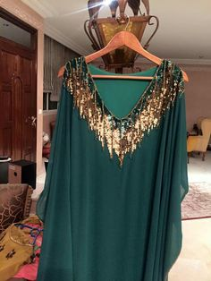 V-neck maxi dress Arab Fashion, Boho Fashion, Fashion Outfits, Stylish Dresses, Simple Dresses, Fashion Details, Fashion Design, Caftan Dress, Oriental Fashion