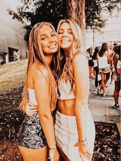 Discover recipes, home ideas, style inspiration and other ideas to try. Bff Poses, Friend Poses, Cute Poses, Cute Friend Pictures, Best Friend Pictures, Poses For Pictures, Picture Poses, Besties, Bestfriends