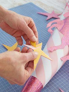 Schultüte: Sterne aufkleben und mit Schleifenband verschließen