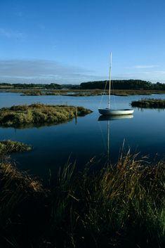 Dériveur amarré dans le Golfe du Morbihan sur la rivière du Bono à la hauteur de Plougoumelen. Une partie de la rivière accessible uniquement à marée haute pour les bateaux à petit tirant d'eau. Bretagne.