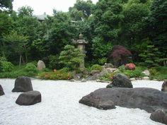 枯山水庭園の背景滝石組 (聖天山正圓寺庭園)