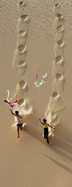 Kite flying on Hoa Thang sand dune in Binh Thuan, Vietnam • photo: LyLong on TrekEarth