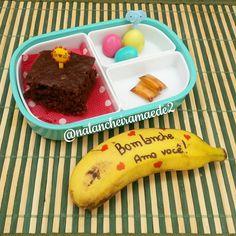Na #lancheiradogustavo e na #lancheiradabarbara tem: ✔ bolo de chocolate ✔ ovinhos de codorna ✔ mel ✔ banana  #lanchedatarde #lancheirainfantil #lancheiraescolar #lancheiradodia #lancheirasaudavel #merenda #lancheiradivertida #lanches #feitoemcasa #feitocomamor #vidademae #maecoruja #maede2 #donadecasa #comidadivertida #comidadecriança #comidadecorada #alimentaçãoinfantil #lancheiras #nutriçãoinfantil #bentokids #bentoboxideas #lonchera #playwithfood