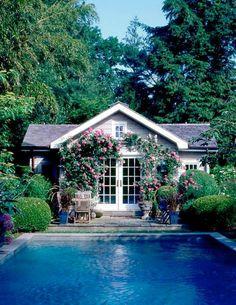 En egen pool är en dröm som vaknar till liv om våren. Och när du ändå är i gång med att drömma om en pool så skulle ett svalkande poolhus sitta rätt fint det också!