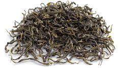 """Après les stars """"Verts"""" de Chine, un """"Jaune"""" vient d'atterrir à Lille et à Bruxelles. Moins célèbre, il gagne à être connu ... Les thés jaunes sont peu diffusés hors de la Chine. Ce sont des thés proches des thés verts, mais dont les feuilles sont entassées et exposées à une chaleur plus ou moins humide qui permet une légère oxydation, stoppée par séchage. Peu théinés, les thés jaunes sont riches en polyphénols, aux propriétés antioxydantes, ..."""