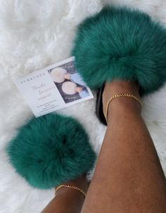Day And Time, Fur Slides, Fox Fur, Green Colors, Instagram Story, How To Wear, Accessories, Shoes, Zapatos
