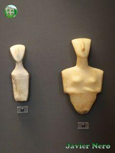 """CICLADICA TEMPRANA II (FASE KEROS-SYROS), 2800-2300 a. C. Figurillas femeninas pertenecen al tipo """"Syros Chalandriani"""", derivadas de la variedad """"Dokathismata"""". Su sello distintivo es la configuración lineal y los hombros anchos. DeIos y Syros. M.A.N. Atenas"""