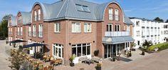 Het voor-aanzicht van Hotel De Pelikaan op Texel.  Als gast van www.vakantiehuis-texel.NET staan de vriendelijke medewerkers u graag te woord bij het in- en uit-checken.  Voor meer informatie of reserveringen, bel +31 222 317 202 (Vraag wel expliciet naar Pelikaanweg 114 !)  Voor tips voor een fijne vakantie op Texel, kijk op www.vakantiehuis-texel.NET en schrijf je in voor de gratis nieuwsbrief.