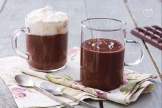 La cioccolata calda è la più golosa tra le bevande invernali. La ricetta è semplicissima, potrete servirla semplice o con panna montata! Hot Chocolate Recipes, Chocolate Fondue, Italian Hot, Beverages, Drinks, Biscotti, Superfood, Italian Recipes, Mousse