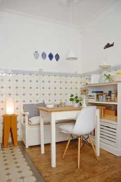 Schöne, gemütliche Essecke mit Holzmöbeln in braun-weiß  #Esszimmer #Holzmöbel #braun-weiß