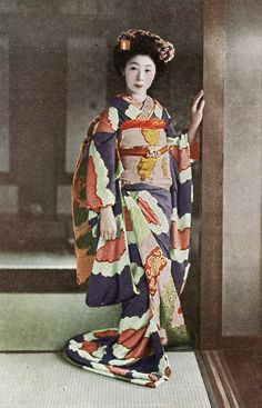 Shibori Hikizuri 1920s Ѯ Maiko (Apprentice Geisha) wearing a beautiful Shibori Hikizuri (Trailing Kimono). A postcard from the late 1920s or early 1930s.