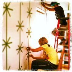 Paint Youth Rooms, we show you how to do it …. www.yourmanuality … rnrnSource by Judithao Frog Tape Wall, Painters Tape Design, Youth Rooms, Furniture Painting Techniques, Focal Wall, Bear Decor, Geometric Wall, Little Girl Rooms, Wall Patterns