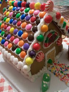 Gingerbread candy house roof idea - love all the color Gingerbread House Designs, Gingerbread House Parties, Gingerbread Decorations, Christmas Gingerbread House, Christmas Candy, Gingerbread Man, Christmas Treats, Gingerbread Cookies, Christmas Time