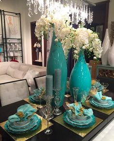 Turquoise Vases with white orchids. Turquoise Vases with white orchids. Dining Room Table Decor, Dining Room Design, Living Room Decor, Decoration Hall, Table Decorations, Table Centerpieces, Table Turquoise, Beautiful Table Settings, Elegant Dining