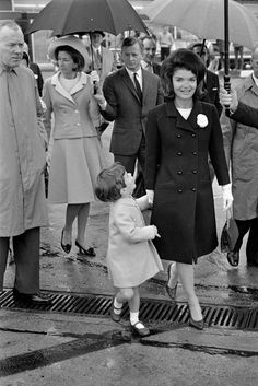 ♛ The Kennedy Family ♛ — Jackie Kennedy with son John F. Jackie Kennedy Style, John Kennedy Jr, Jfk Jr, Jacqueline Kennedy Onassis, Familia Kennedy, Jaqueline Kennedy, John Junior, John Fitzgerald, Marie