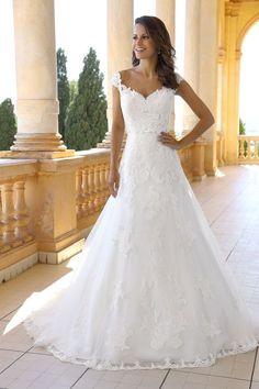 Emma Charlotte Wedding Dress Vesle 2 Source by deryosh Elegant Wedding Gowns, White Wedding Dresses, Bridal Dresses, Lace Wedding, Wedding Dressses, Wedding Summer, Dresses Dresses, Gown Wedding, Diy Wedding