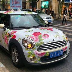 This is even cuter than a lily Jeep My Dream Car, Dream Cars, Mini Morris, Girly Car, Flower Car, Mini Countryman, Mini Cooper S, Cute Cars, Cute Wallpaper Backgrounds