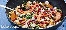 Roerbak met boerenkool wortel kool en ui; kip en pruimen, serveren bij couscous; Noord afrikaanse keuken