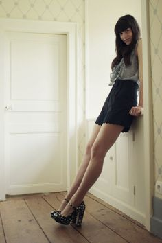 Blouse: Electricloveletter Shorts: The Kooples Chaussures / Shoes: miu miu