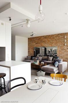 Styl loft to przede wszystkim duże przestrzenie, beton na podłodze, cegła na ścianie i wszechobecna biel. Wszystkie założenia stylu loftowegoudało się zrealizować, urządzając mieszkanie w bloku, które mieści się na warszawskim Wilanowie. Zobaczcie jak charakterystyczce cechy loftu zostały przeniesione do mieszkania w bloku