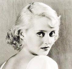 Ruth Elizabeth Davis, née en I908 à Lowell, Massachusetts, États-Unis et décédée enI1989 à Neuilly-sur-Seine, France, plus connue sous le nom de Bette Davis, est une actrice américaine de cinéma, renommée pour sa forte personnalité et son talent artistique exprimé au cours d'une carrière longue de six décennies et composée de plus d'une centaine de films.