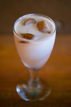 Kawowe kostki lodu z mlekiem. Przepis na:  http://kawa.pl/przepisy/przepis/kawowe-kostki-lodu-z-mlekiem