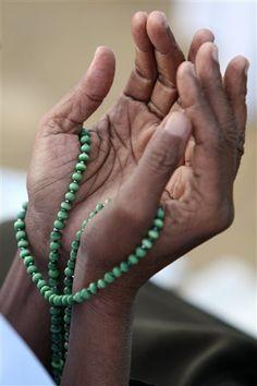 Jewelry History: Muslim Prayer Beads (Part I love the reverence I can feel in this photo. Namaste, Muslim Images, Love Spell Caster, Mudras, Spiritual Prayers, Praying Hands, Islamic Prayer, Taoism, Islam Religion