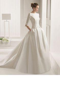 Une robe de mariée avec des petits noeuds sur les manches