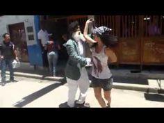 Pareja baila salsa en la calle con todo el sabor cubano www.salsaconestilo.com @salsaconestilo - YouTube