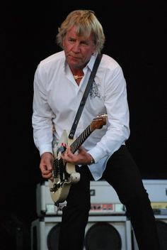 Great shot of legendary Status Quo rhythm guitarist, songwriter and vocalist Rick Parfitt. Status Quo Band, Rick Parfitt, Classic Comedies, Greatest Rock Bands, Robert Smith, Thriller Books, Rock Legends, Historical Fiction, Showgirls