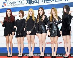 The GFRIEND members have fans anticipating even more for their comeback by revealing their head-turning new hairstyles! How To Wear A Wig, Reddish Brown Hair, Pretty Korean Girls, Gorgeous Blonde, Grid Girls, G Friend, New Hair Colors, Leather Shorts, Her Hair