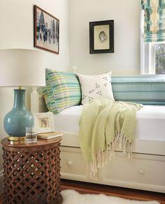 décoration bord de mer blanche et turquoise, gros plan sur les tableaux