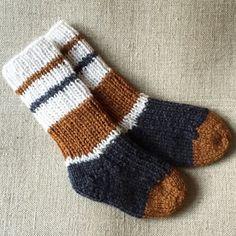 "Nye Strikkerier Til 2015 - "" Helt Klein"", Ny ""Yndlings Cardigan"" Og "" En Stribet Lama "" Burp Cloth Patterns, Baby Knitting Patterns, Kids Socks, Baby Socks, Wool Socks, Knitting Socks, Toe Warmers, Baby Barn, Knitting Videos"