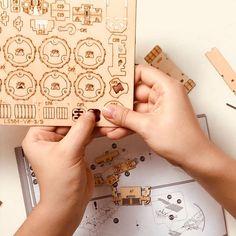 Puzzle en bois 3D Maquette DIY Puzzle mecanique Mecapuzzle DIY  Loisirs créatifs Idée cadeau Puzzle Playing Cards, Puzzle, 3d, Creative Crafts, Gift Ideas, Puzzles, Playing Card Games, Game Cards, Puzzle Games