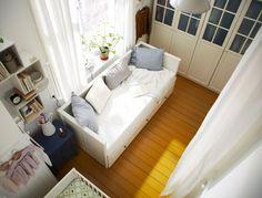 Kleines, gemeinsames Schlafzimmer mit PAX Kleiderschrank weiß mit 4 BIRKELAND Türen mit Glas, HEMNES Tagesbettgestell weiß + 3-teiligem NYPONROS Bettwäsche-Set weiß/blau, HEMNES Kommode mit 2 Schubladen blau, FÖRHÖJA Wandschränken weiß, HENSVIK Babybett weiß + ANITA Gardinenschals + Raffhalter weiß