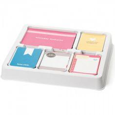 """AMERICAN CRAFTS - PROJECT LIFE CORE KIT - BLUSH Project Life Core kit inneholder 500 kort totalt.This package contains 500 3""""X4"""" journaling cards, 40 bi-fold journaling cards, 8 first page cards (4-4""""X6"""" and 4-3""""X4""""), 8 last page cards (4-4""""X6"""" and 4-3""""X4"""") and 60 4""""X6"""" title cards.Settet lar deg bygge side for side i albumet ditt og det er nok til å fylle et helt album i 12x12. Project Life er en veldig enkel måte å lage album på, da du legger kortene og ..."""