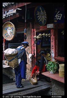 Mujer Naxi ofrece los huevos para la venta a los residentes locales.  Lijiang, Yunnan, China