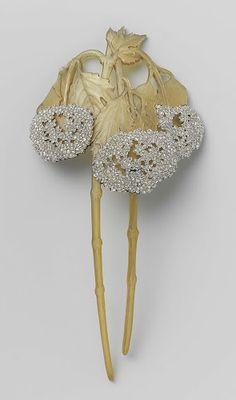 Haarkam in de vorm van twee takken Viburnum, René Lalique, ca. 1902 - ca. 1903  hoorn, goud en diamanten, h 15,5cm × b 7,6cm. Rijksmuseum