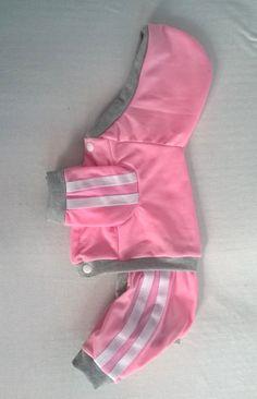 *Macacão Dog Rosa* -Tecido moletom liso na cor rosa com duas listra. - Escreva na discrição do pedido o tamanho desejada. ***Tabela de Tamanho*** PP= Pescoço 23cm... Peito 36cm... Comp. 28cm P= Pescoço 27cm... Peito 38cm... Comp. 32cm M= Pescoço 30cm... Peito 43cm... Comp. 35c... Girl Dog Clothes, Yorkie Clothes, Cute Dog Clothes, Small Dog Clothes, Pet Fashion, Animal Fashion, Knitting Patterns Free Dog, Dog Pants, Pet Style