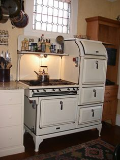 vintage kitchen stove- similar to Rachel Ray's on 30 min meals
