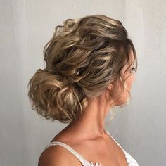 Messy chignon bridal hairstyles ,wedding updo ,messy updo ,textured updo hairstyles #weddinghairstyles