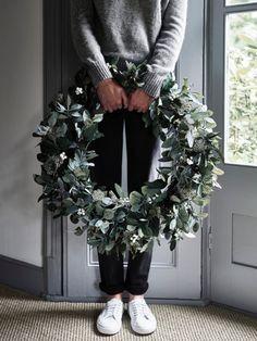 Рождественская композиция | Блог о дизайне интерьеров Christmas Wreaths, Holiday Decor, Drawings, Ideas, Home Decor, Christmas Garlands, Homemade Home Decor, Holiday Burlap Wreath, Sketch